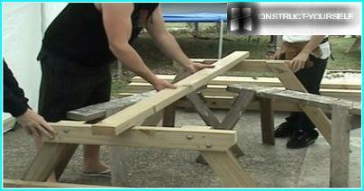 Montering af rammen af et trægadebord
