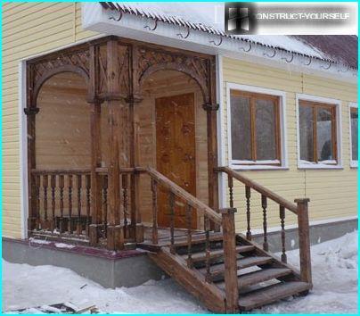 Puinen kuisti, jossa portaat