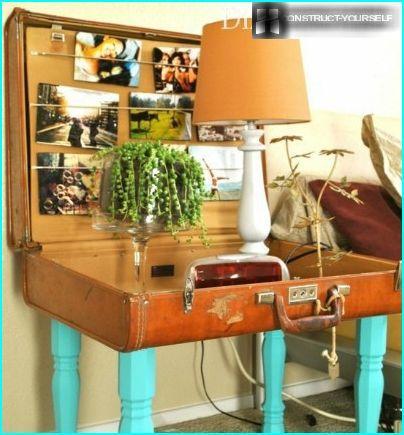 Un tavolo da una vecchia valigia