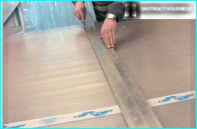 Leikkaaminen polykarbonaattilevyt tasaiselle pinnalle