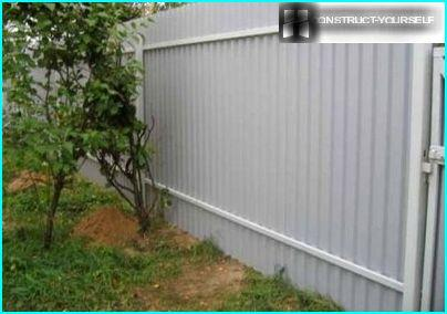 Reliable protection of metal fences
