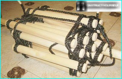 Eine hängende Treppe mit einem Seil um die Sprossen