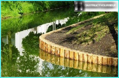 Une rangée ordonnée de rondins de mélèze souligne la beauté de l'étang