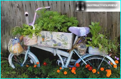 Pysty kukkapenkki vanhasta polkupyörästä