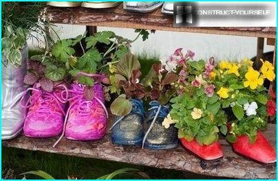 Miniatūra puķu dobe no vecām kurpēm