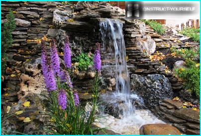 Der fließende Strom eines Wasserfalls