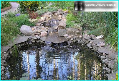 Eine Wasserkaskade, die in einen Teich hinabsteigt