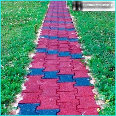 Havesti lavet af lyse gummifliser i to farver