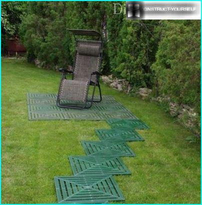 Muoviset laatat nurmikolla