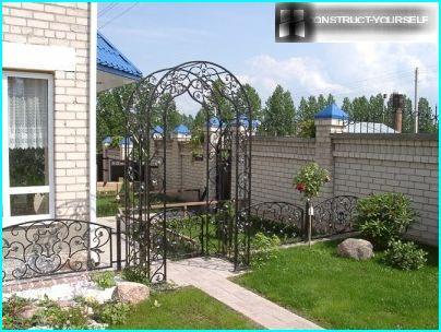 Kaaret voidaan taittaa sisäänkäynnin kautta patiolle puutarhaan
